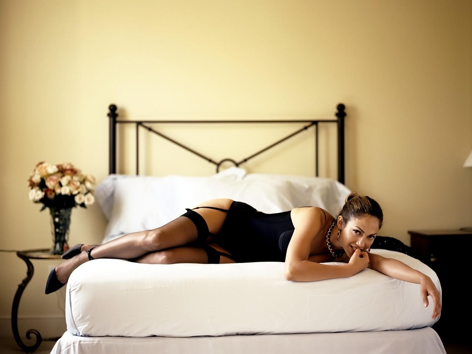Красоток жарят большими членами на кровати или диване  348515